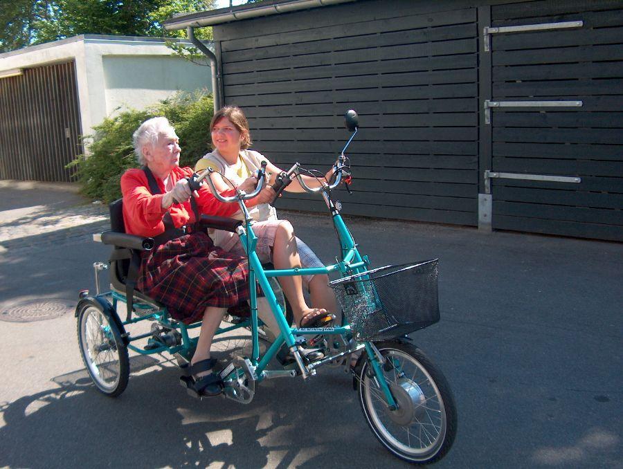 Billedet Ældre på cykel igen.