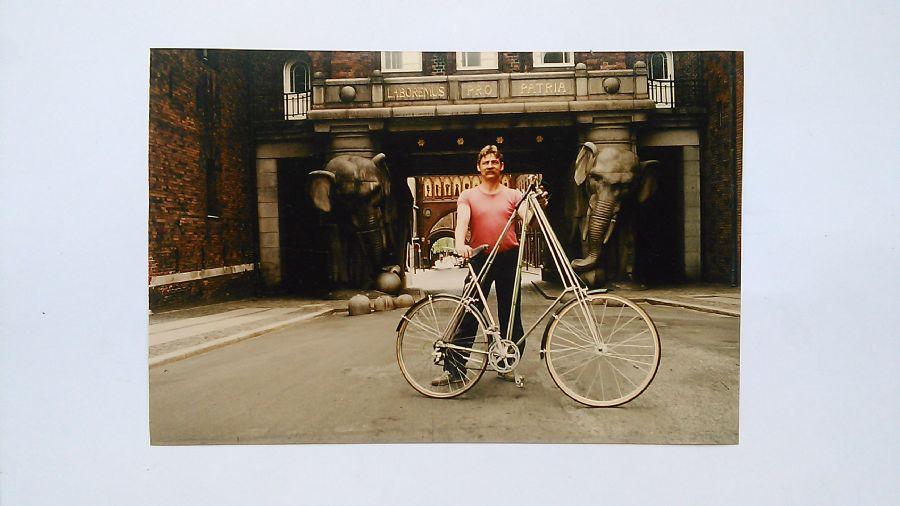 Billedet Mr.Pedersen cykel og mig 1983 i Valby.